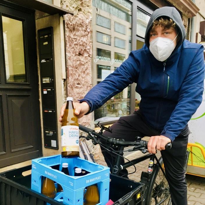 Marco auf Lastenrad mit Haferdrink unverpackt